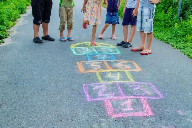 Kinderen spelen klassiekers op straat. selectieve aandacht. kinderen.
