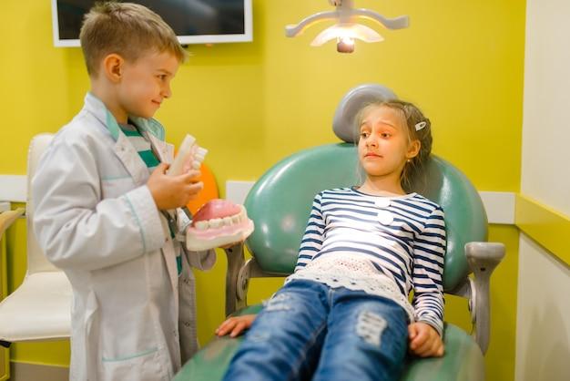 Kinderen spelen medicijnman in denkbeeldig ziekenhuis