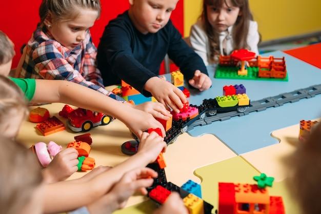 Kinderen spelen met constructor blokken in de klas
