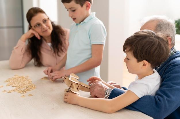 Kinderen spelen met hun grootouders