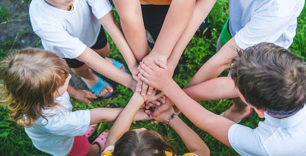 Kinderen spelen met hun handen in elkaar gevouwen
