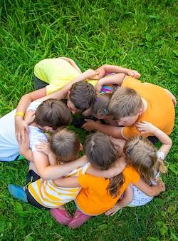 Kinderen spelen met hun handen in elkaar gevouwen.