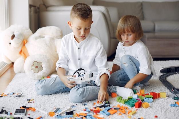 Kinderen spelen met lego in een speelkamer