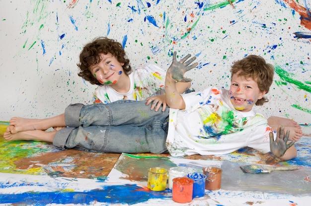 Kinderen spelen met schilderen