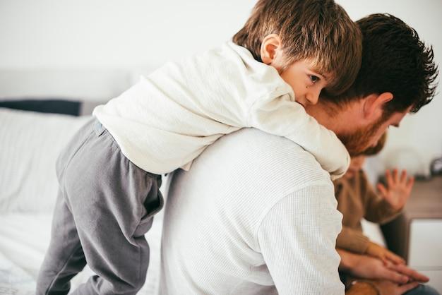 Kinderen spelen met vader