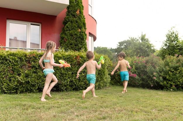 Kinderen spelen met waterkanonnen