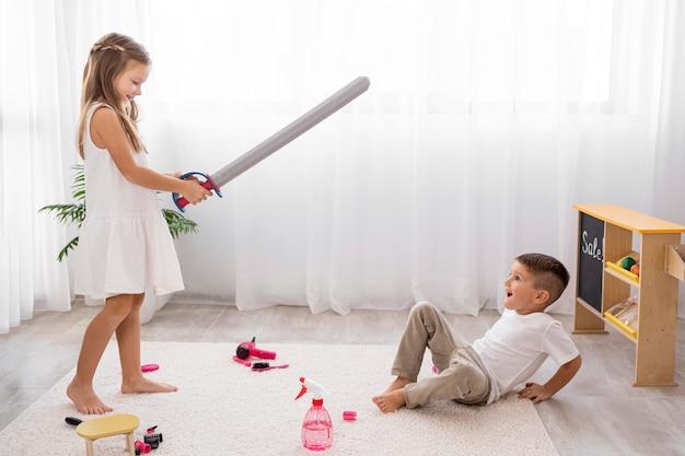 Kinderen spelen met zwaardspeelgoed