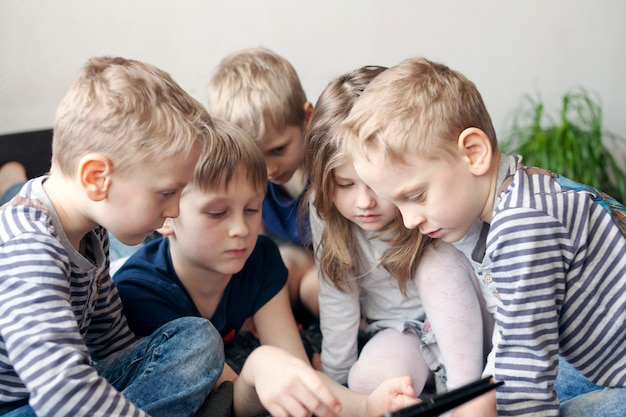 Kinderen spelen op de tablet