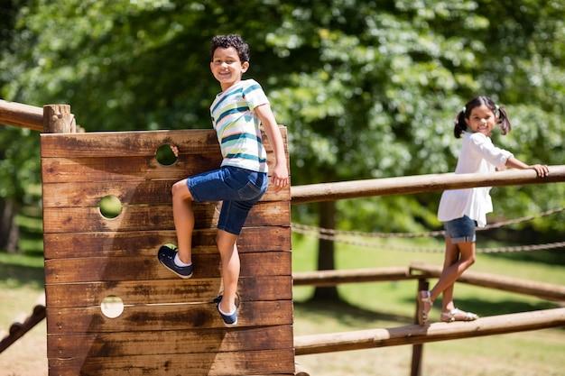 Kinderen spelen op een speelplaats rijden in het park
