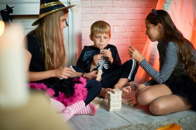 Kinderen spelen spelletjes op halloween party