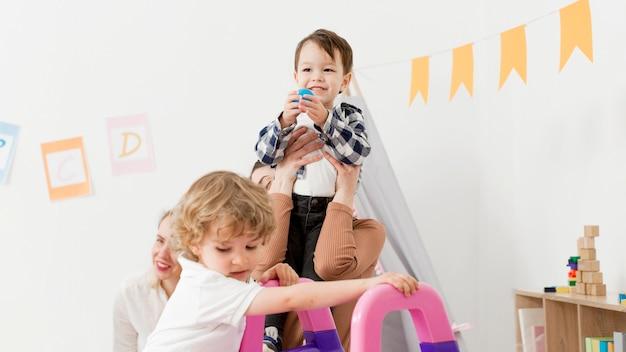 Kinderen spelen thuis met glijbaan