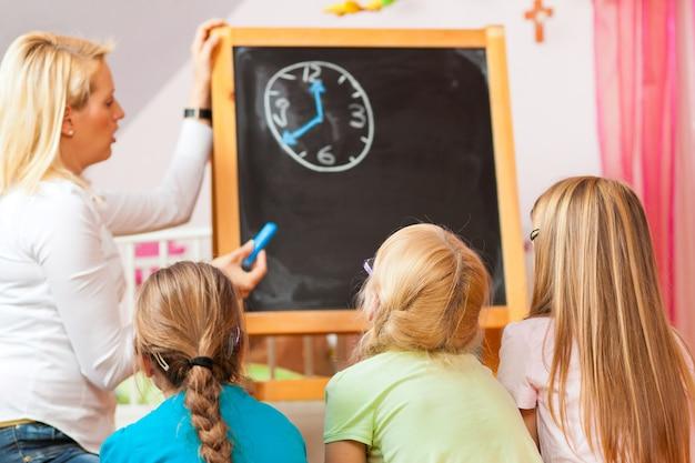 Kinderen spelen thuis op school