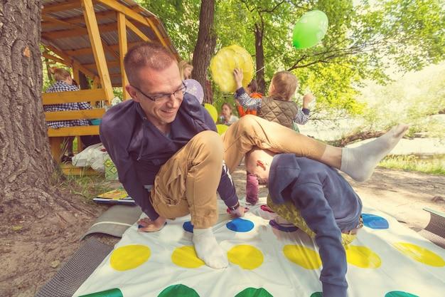 Kinderen spelen twister-spel buiten