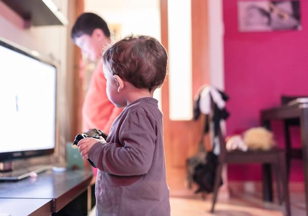 Kinderen spelen videogames in hun pyjama