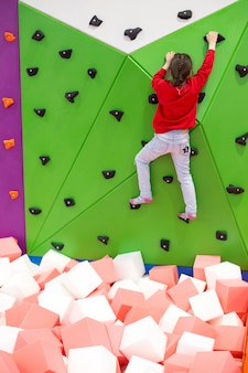 Kinderen springen op de trampoline in de mall