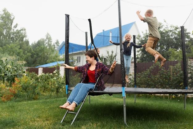 Kinderen springen op trampoline volledig schot