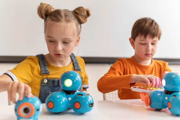 Kinderen studeren over wetenschap medium shot