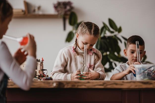 Kinderen studeren samen scheikunde in de klas