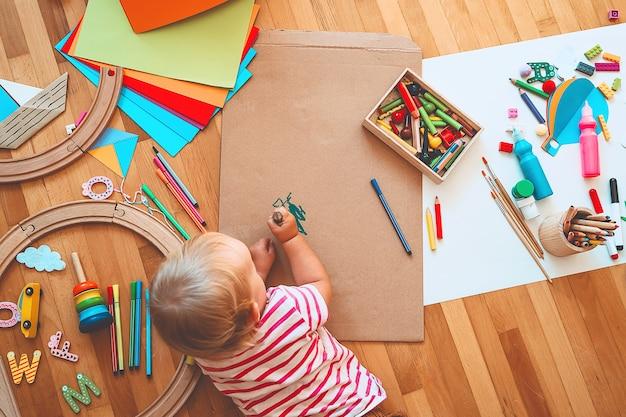 Kinderen tekenen en knutselen kinderen met educatief speelgoed en schoolbenodigdheden voor creativiteit