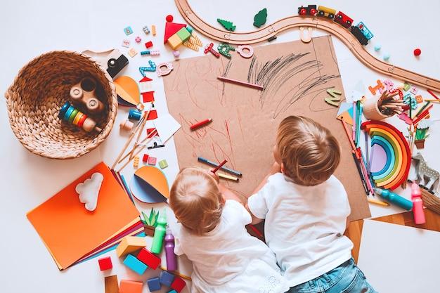 Kinderen tekenen en knutselen kinderen met educatief speelgoed spreschool en kleuterschool of kunstlessen