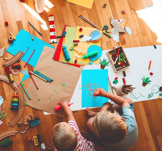 Kinderen tekenen en maken knutselachtergronden voor voorschoolse en kleuterschool of kunstlessen