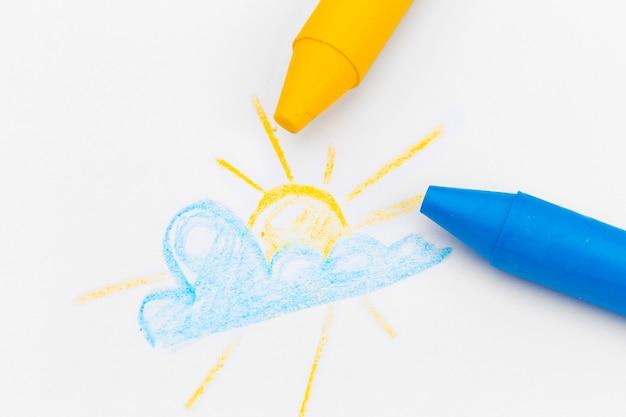 Kinderen tekenen met gekleurde wax potloden close-up