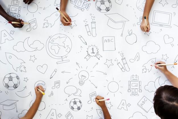 Kinderen tekenen onderwijssymbolen