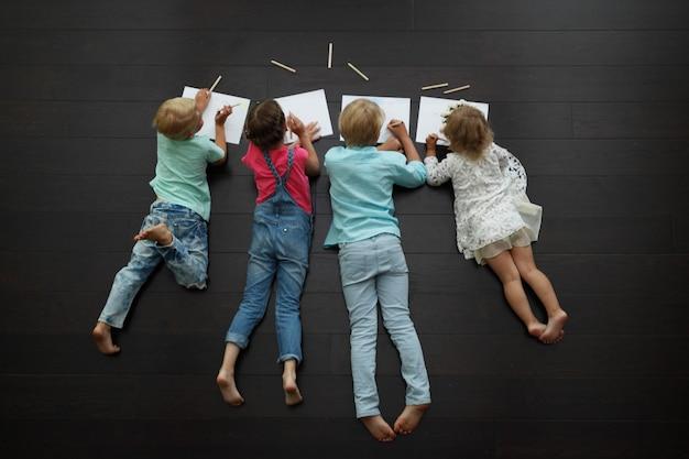 Kinderen tekenen thuis foto's