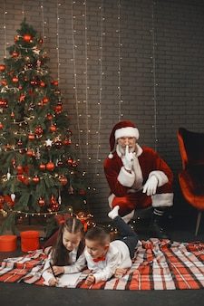 Kinderen thuis, versierd voor kerstmis. post van de kerstman.