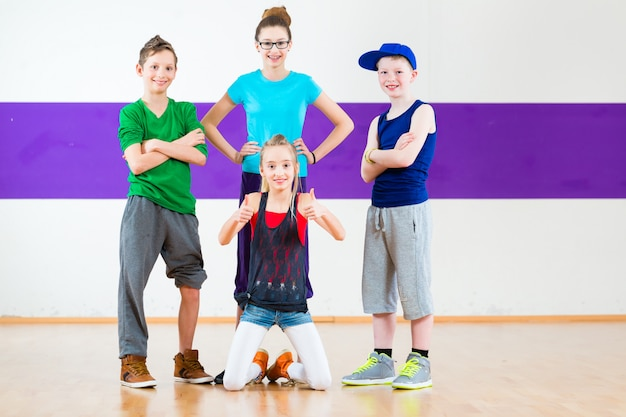 Kinderen trainen zumba-fitness in dansschool