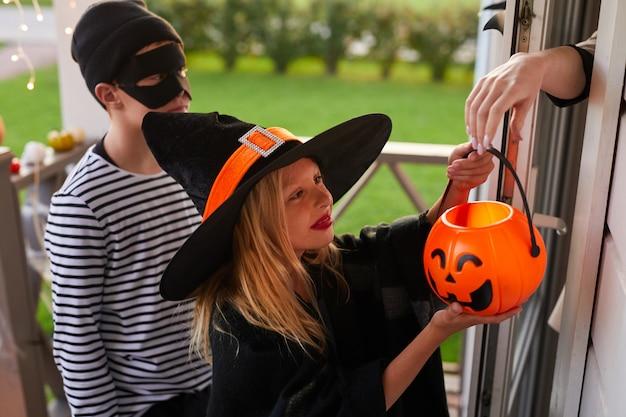 Kinderen truc of behandelen op halloween