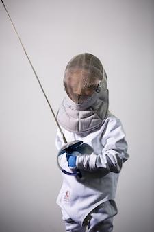 Kinderen vallen op zwaarden. een kind in een klas op een schermschool