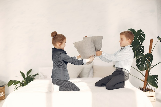 Kinderen vechten thuis tegen kussens