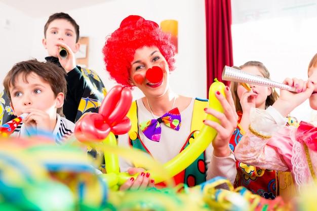 Kinderen verjaardagsfeest met clown en veel lawaai
