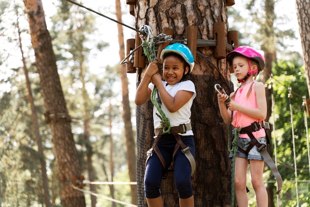 Kinderen vermaken zich in een avonturenpark