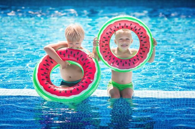 Kinderen vermaken zich in het zwembad