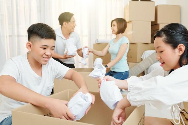 Kinderen verpakken verpakt serviesgoed