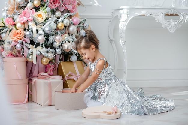 Kinderen versieren de kerstboom