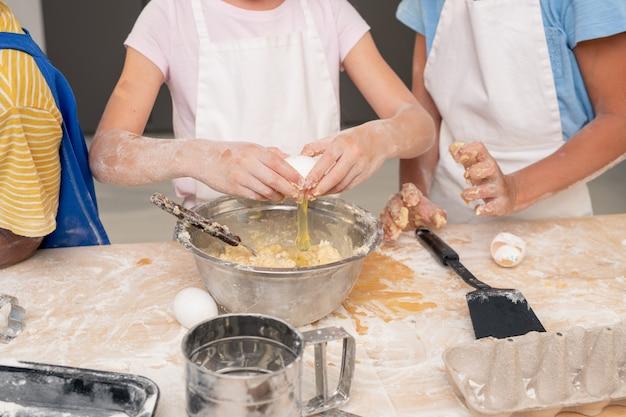 Kinderen verzamelden zich in de moderne keuken en bestudeerden het recept van een heerlijk dessert terwijl ze nadachten over het feestelijke menu voor moederdag