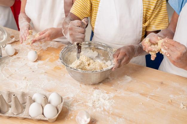Kinderen verzamelden zich in de ruime keuken en maakten een heerlijke verrassing voor mama