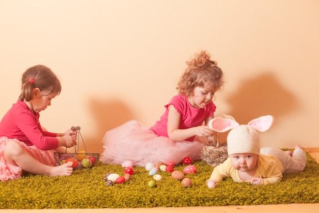Kinderen verzamelen kleurrijke eieren in de manden tijdens het zoeken naar paaseieren