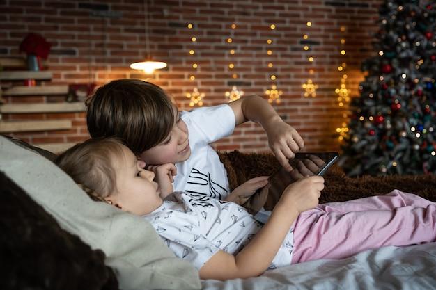 Kinderen videobellen. kleine jongen kerstmuts computerscherm online chatten