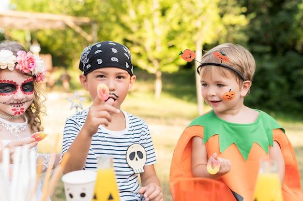 Kinderen vieren halloween in park