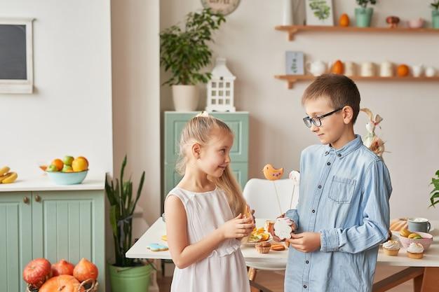 Kinderen vieren pasen met eten