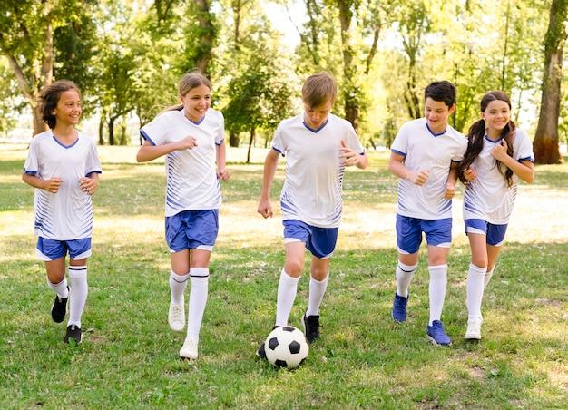 Kinderen voetballen buiten