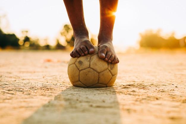 Kinderen voetballen voor oefening met blote voeten
