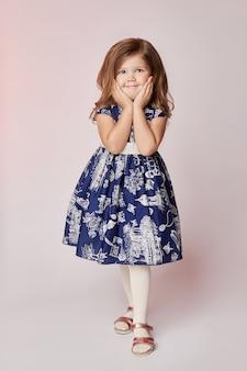 Kinderen vormen jonge modellen kinderen poseren