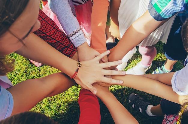 Kinderen vouwen hun handen samen, spelen op straat