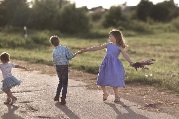 Kinderen vriend emotioneel dansen en spelen buiten
