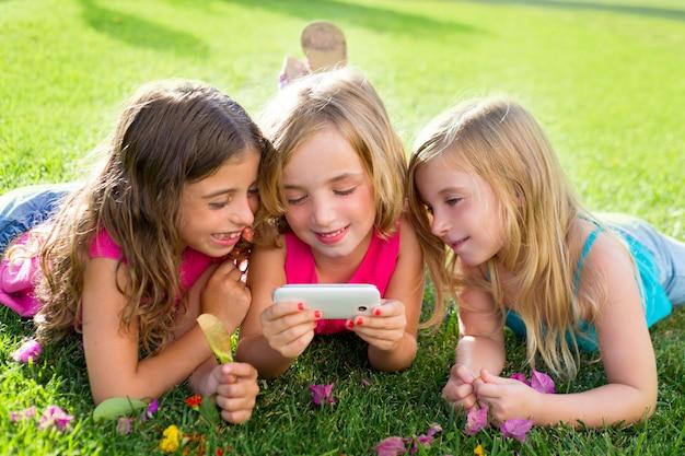 Kinderen vriend meisjes spelen internet met smartphone